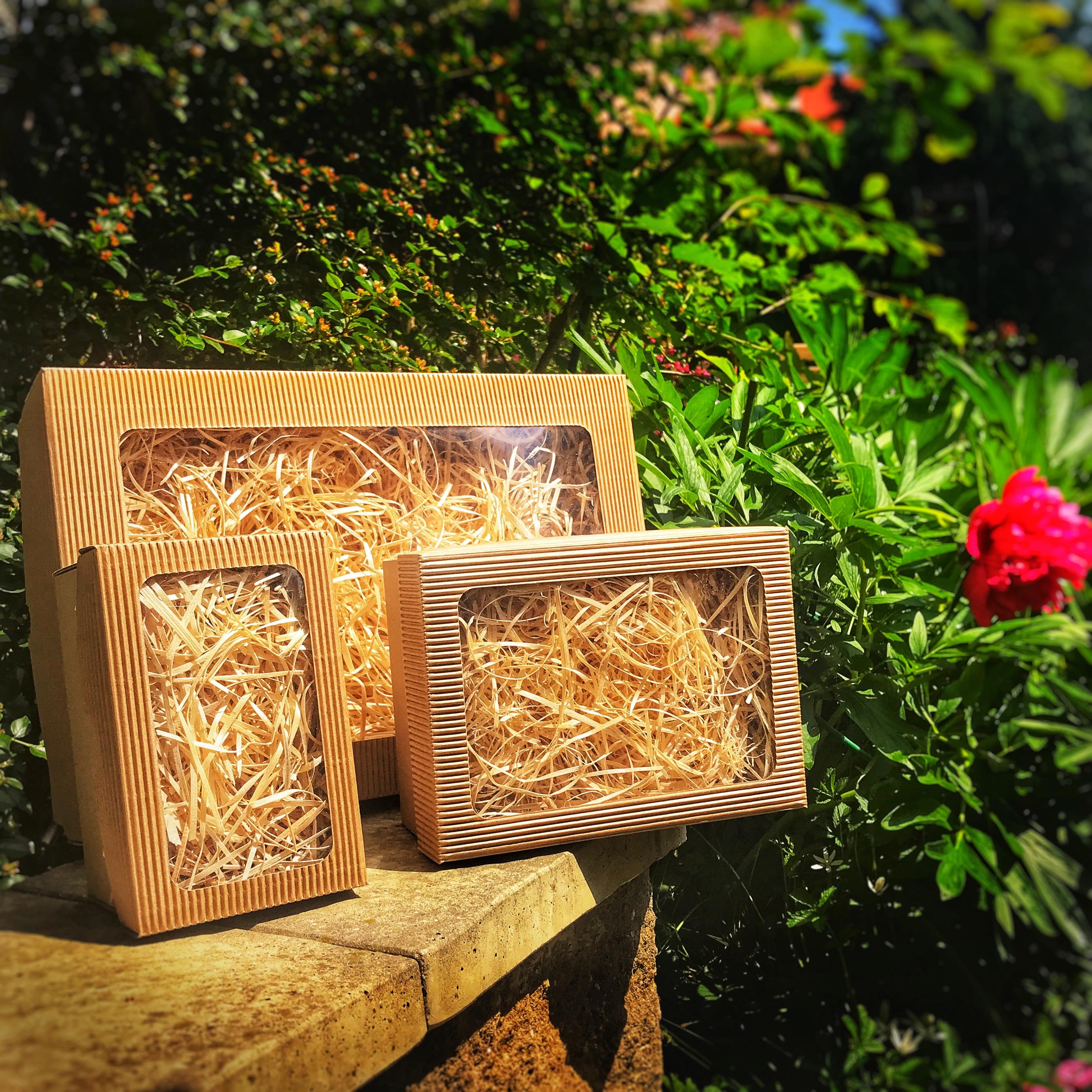 Neutrální dárkové krabičky s dřevitou vlnou pro dekoraci i ochranu dárku