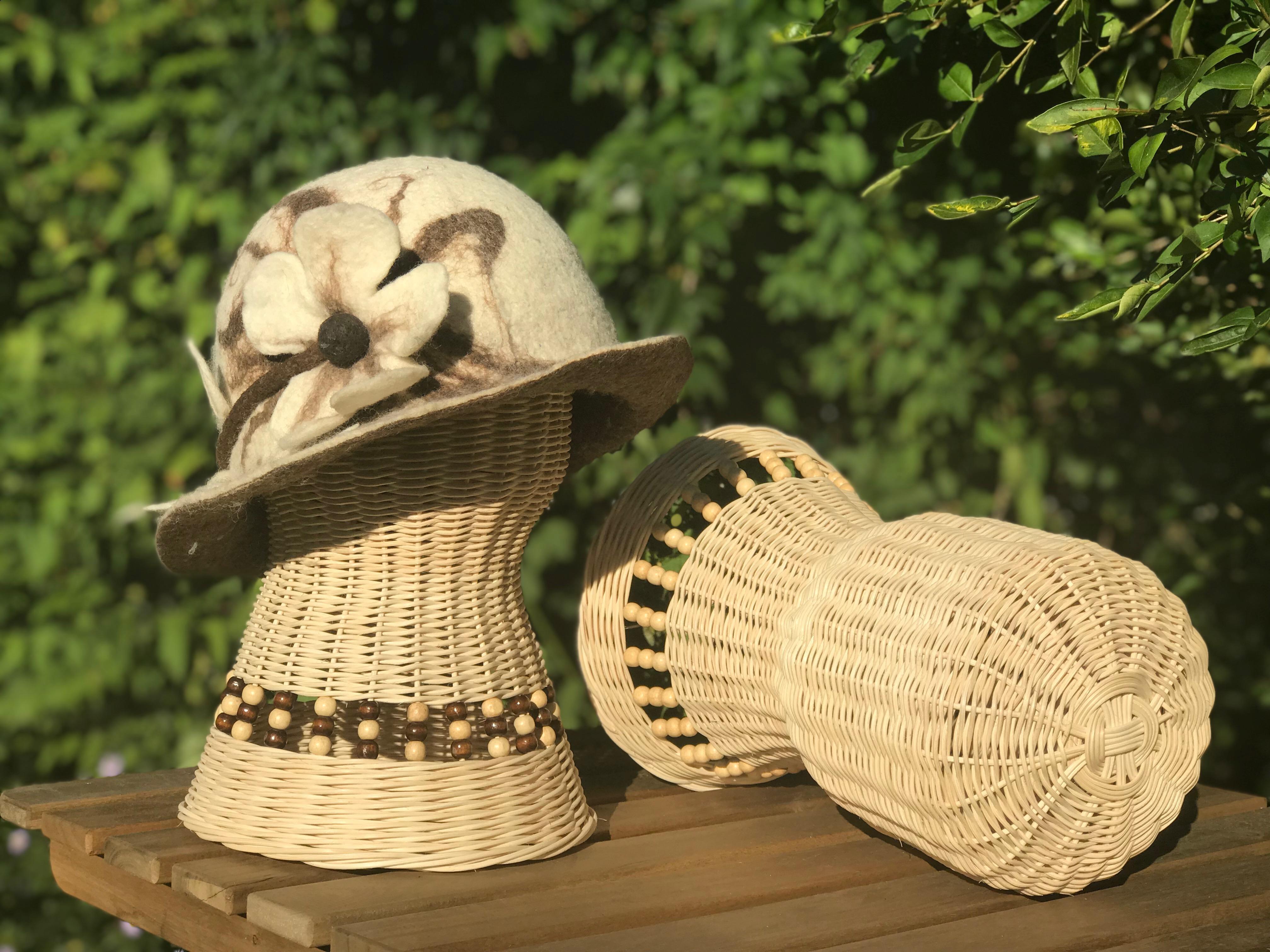 elegantní stojánek na klobouky